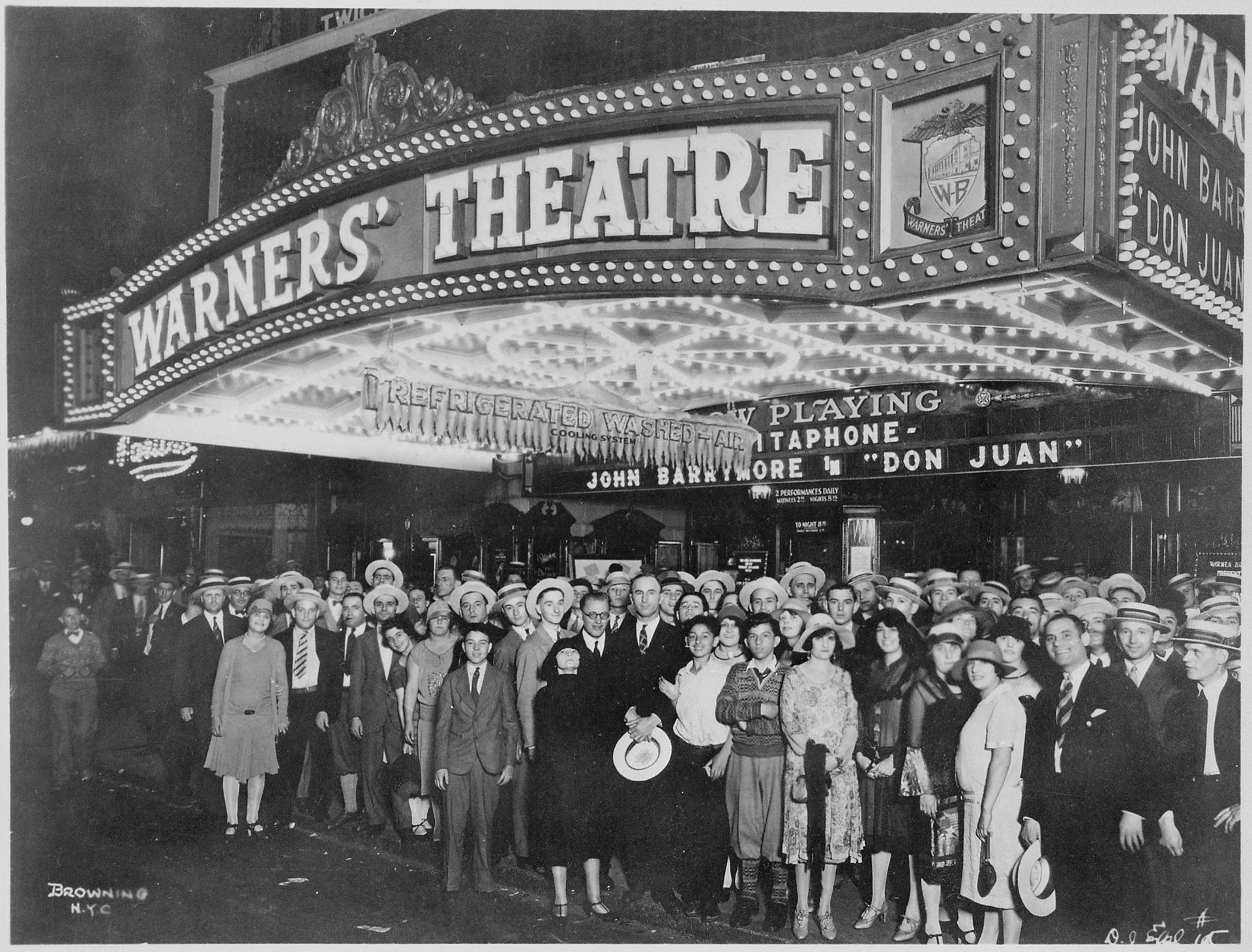 First-nighters_posing_for_the_camera_outside_the_Warners'_Theater_before_the_premiere_of_-Don_Juan-_with_John_Barrymore,_-_NARA_-_535750.jpg