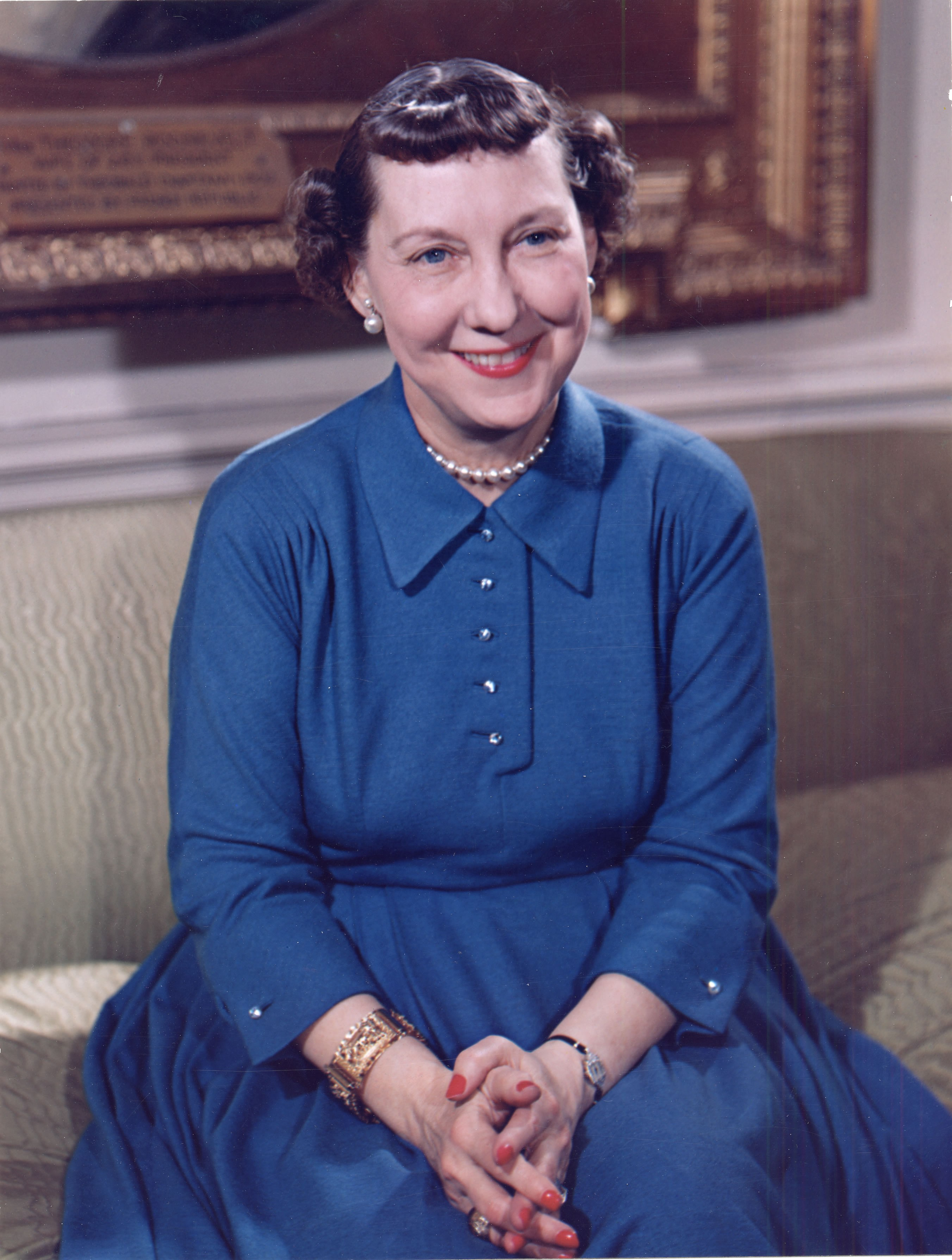 Mamie_Eisenhower_color_photo_portrait,_White_House,_May_1954.jpg